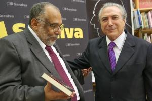 O autor recebe o atual vice-presidente do Brasil Michel Temer no lançamento do livro. Pílulas de sabedoria política.