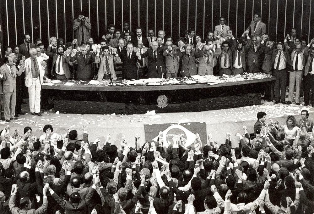 Livro lembra que a primeira crise política enfrentada pelo sistema político atual se deu durante a constituinte, nos anos 80.